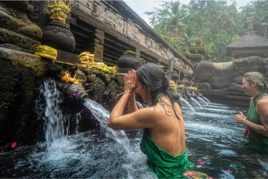 Destino para relaxar no templo Tirta Empul, em Bali